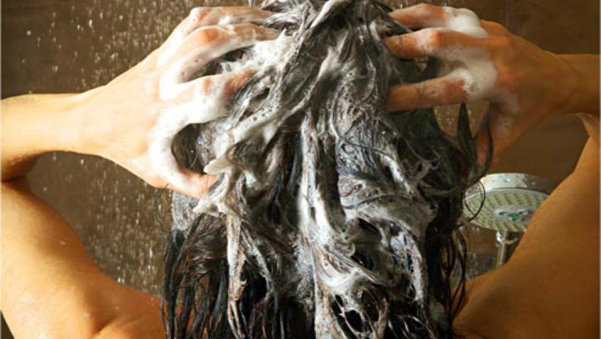 Foto: De ce foloseşti şamponul antimătreaţă şi nu îţi dă rezultate