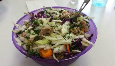 Perfectă pentru prânz! Salată de varză cu ton
