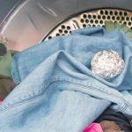 Foto: Ce se întâmplă dacă bagi câteva bile din folie de aluminiu în mașina de spălat