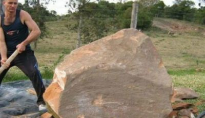Este incredibil ce a putut să scoată acest bărbat dintr-un bolovan de piatră!
