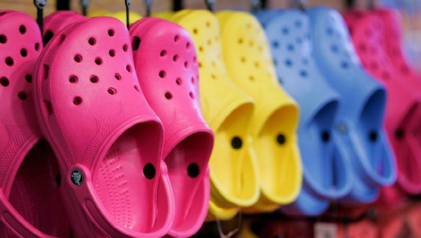 Foto: Papucii crocs, un pericol adevărat pentru sănătate! Află motivele