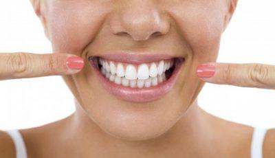 Dinți mai albi în doar trei minute. Încearcă acest tratament!