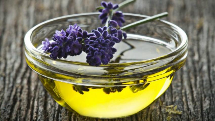 Foto: Cum poți face acasă uleiul de levănțică. E perfect pentru masaj!