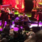 Foto: Un mare cântăreţ s-a prăbuşit pe scenă în timpul concertului său, incidentul a îngrozit fanii! Imagini video surprinse de la faţa locului