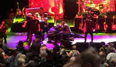 Un mare cântăreţ s-a prăbuşit pe scenă în timpul concertului său, incidentul a îngrozit fanii! Imagini video surprinse de la faţa locului