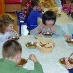 Foto: Crenvurştii vor fi eliminaţi din alimentaţia copiilor la grădiniţe şi şcoli! Ce va conţine în schimb noul meniu