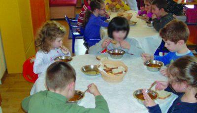 Crenvurştii vor fi eliminaţi din alimentaţia copiilor la grădiniţe şi şcoli! Ce va conţine în schimb noul meniu
