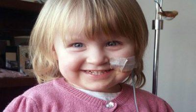 Fetița care trebuie hrănită forțat de 13 ori pe zi, ca să nu moară. Părinții sunt disperați