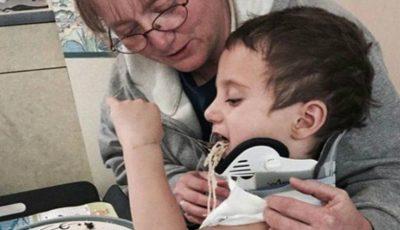 Un băiețel a supraviețuit după ce a fost decapitat. Un străin i-a ținut capul lipit de gât