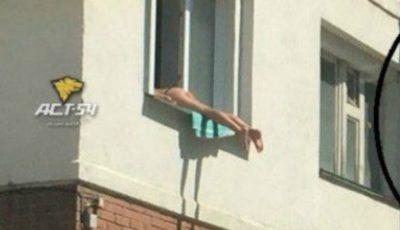 O tânără din Rusia face plajă la fereastră!