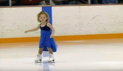 La doar 3 ani, această fetiţă a reuşit să impresioneze publicul la un campionat de patinaj!