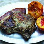 Foto: Cotlet de porc cu piersici la grătar