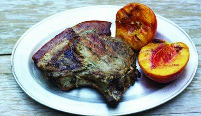 Cotlet de porc cu piersici la grătar