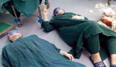Poza cu aceşti doi chirurgi întinşi pe podea, în sala de operaţie, a cucerit internetul!