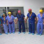 Foto: Aceşti medici se roagă înaintea unei intervenţii chirurgicale rare! Câteva ore mai târziu…