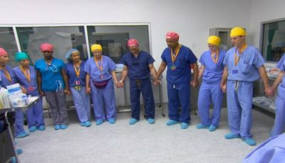 Aceşti medici se roagă înaintea unei intervenţii chirurgicale rare! Câteva ore mai târziu…