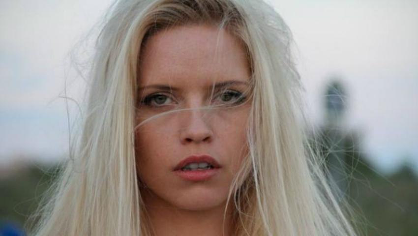 Foto: Alexandra Shine nu a mai folosit placa pentru păr de peste 2 ani. Iată motivul!