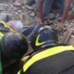 Foto: O fetiță de 4 ani a fost scoasă de sub dărămături la 17 ore după seismul din Italia