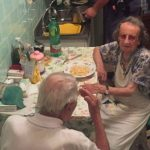 Foto: Polițiștii au găsit doi bătrâni plângând în apartament. Iată ce au făcut