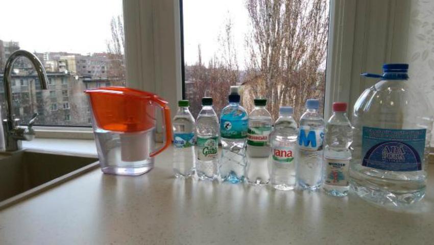 Foto: A cumpărat un aparat şi a testat mai multe sortimente de apă îmbuteliată. Iată ce rezultate a obţinut
