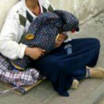 Foto: Cutremurător! Cum se face că micuţii din braţele cerşetoarelor pot dormi întruna?