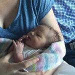Foto: Caz extrem de rar! Bebeluşul s-a născut de ziua părinţilor