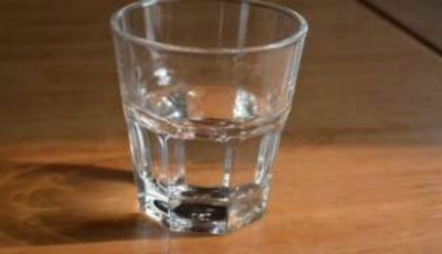 De ce să nu bei apa care a stat peste noapte în pahar