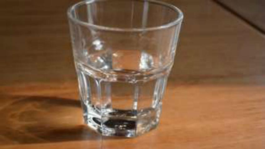 Foto: De ce să nu bei apa care a stat peste noapte în pahar