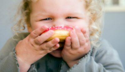 Experţi: copiii de până la doi ani nu ar trebui să consume alimente cu zaharuri adăugate!