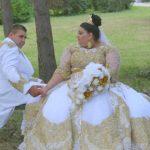 Foto: La nunta unor romi s-au aruncat în mire și mireasă aur și bancnote de 500 euro!