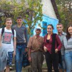 Foto: Un grup de voluntari din Moldova l-au făcut să lăcrimeze de fericire pe moş Grigore!