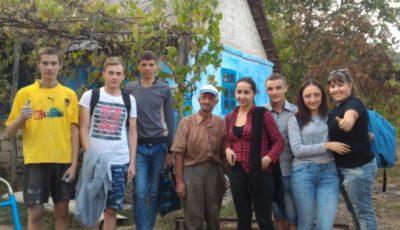 Un grup de voluntari din Moldova l-au făcut să lăcrimeze de fericire pe moş Grigore!