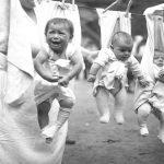 Foto: Imagini cutremurătoare! Cum erau crescuţi copiii cu o sută de ani în urmă