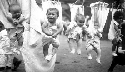 Imagini cutremurătoare! Cum erau crescuţi copiii cu o sută de ani în urmă