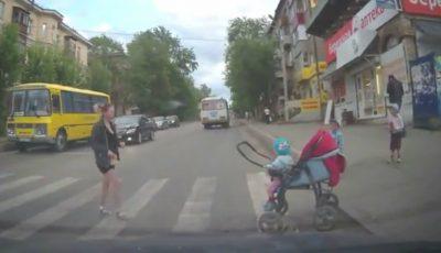Video! Mame cu cărucioare, pe deplin iresponsabile atunci când traversează drumul!