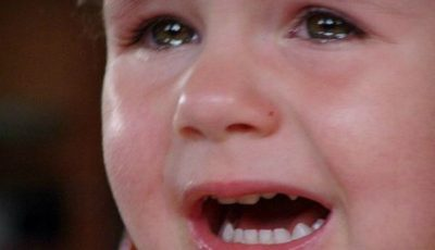 Revoltător! Un copil a stat închis mai multe ore în dormitorul de la grădiniţă, deoarece dădaca l-a uitat acolo!