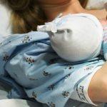 Foto: Îngrozitor! Un copil a fost ţinut cu forţa în burta mamei ca să nu se nască