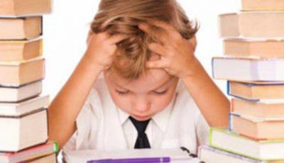 Un psiholog desfiinţează mitul temei pentru acasă: de ce temele fac mai mult rău decât bine?