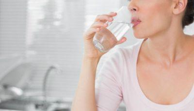 De ce să bei apă în primele 60 de secunde după ce te trezești