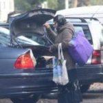 Foto: Două femei au fost surprinse coborând dintr-o maşină de lux înainte de a pleca la cerşit