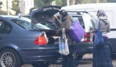 Două femei au fost surprinse coborând dintr-o maşină de lux înainte de a pleca la cerşit