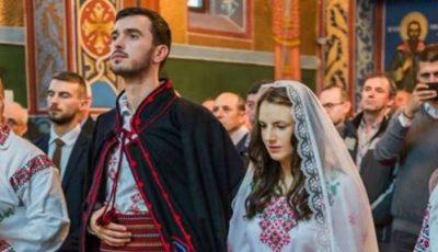 Doi tineri s-au căsătorit în straie populare și au cucerit inimile a peste un milion de oameni