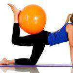 Foto: Două exerciții cu mingea de fitness pentru un abdomen plat