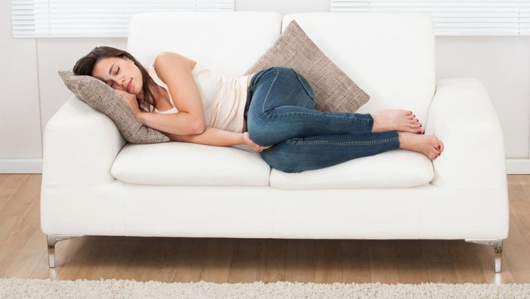 fata-dormind-pe-canapea