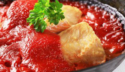 Pește alb cu sos de roșii