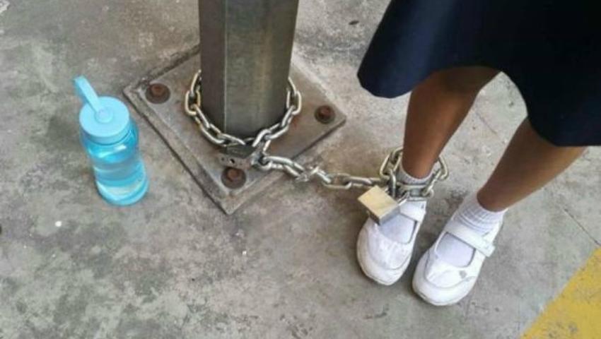 Foto: Şi-a abandonat fiica într-o parcare, unde a legat-o cu lanțuri. Motivul părintelui este incredibil