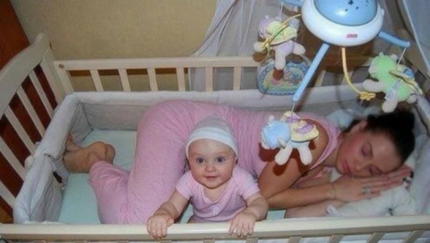 Foto: Primul an de viaţă al micuţului este fascinant! Vezi poze amuzante cu adulţi şi bebeluşii lor