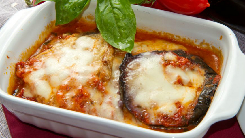 Foto: Vinete grătinate cu roșii și brânzeturi rase