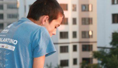 Drama unui copil care umblă hoinar pe străzi! Cerşeşte, caută în tomberoane şi doarme pe unde apucă