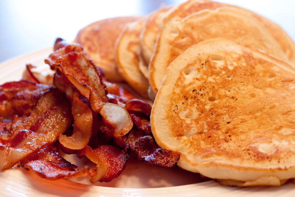 clatite-americane-cu-bacon-si-banane-990x660